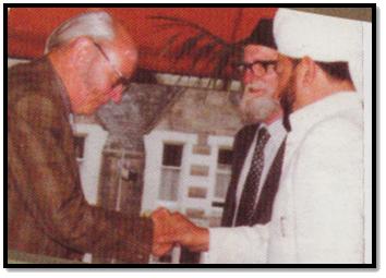 Maulana-Bashir-Orchard-with-Hazrat-Khalifat-ul-Masih-IV